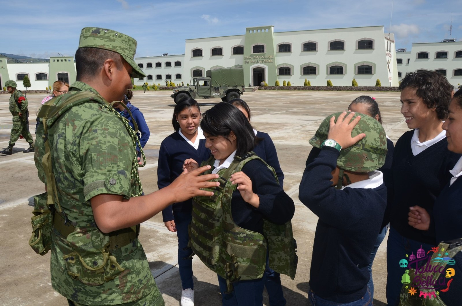 Militar de las fuerzas armadas enseñándole técnicas a niñas