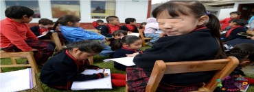 niña en salón de clases con uniforme