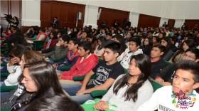 universitarios en auditorio escolar