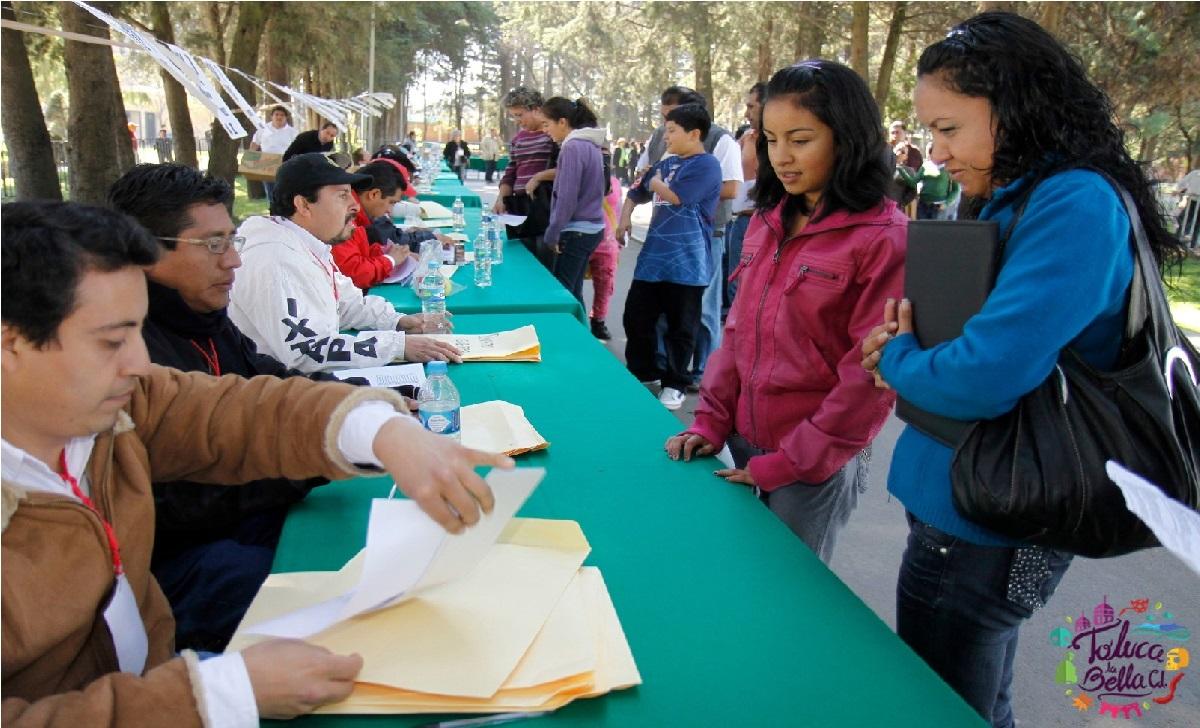 mamás registrando a sus hijos para becas escolares
