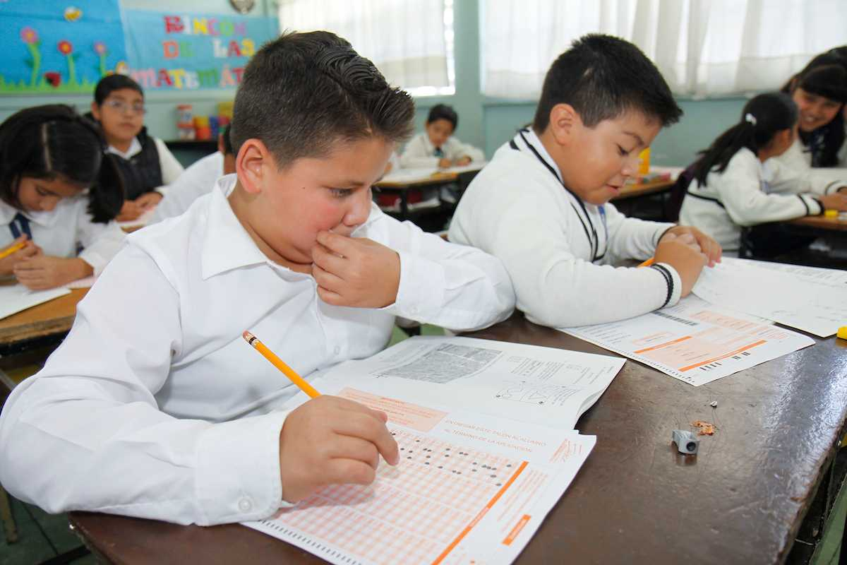 Las Becas BEnito Juárez son un apoyo económico de mil 600 pesos bimestrales otorgado a alumnos que se encuentren cursando la educación preescolar, primaria y secundaria