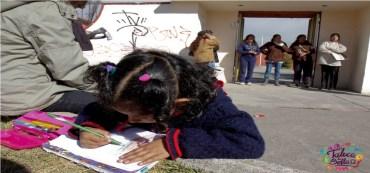 niña de preescolar haciendo tarea en la escuela