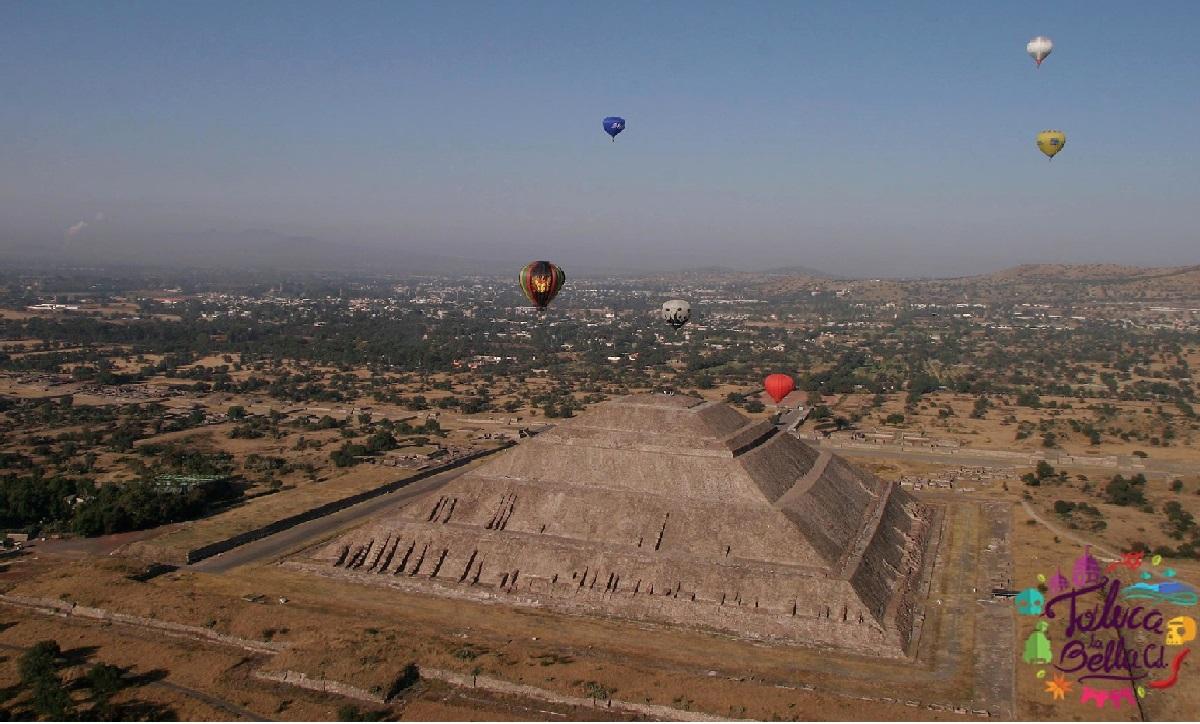 pirámide del sol en Teotihuacán con globos aerostáticos