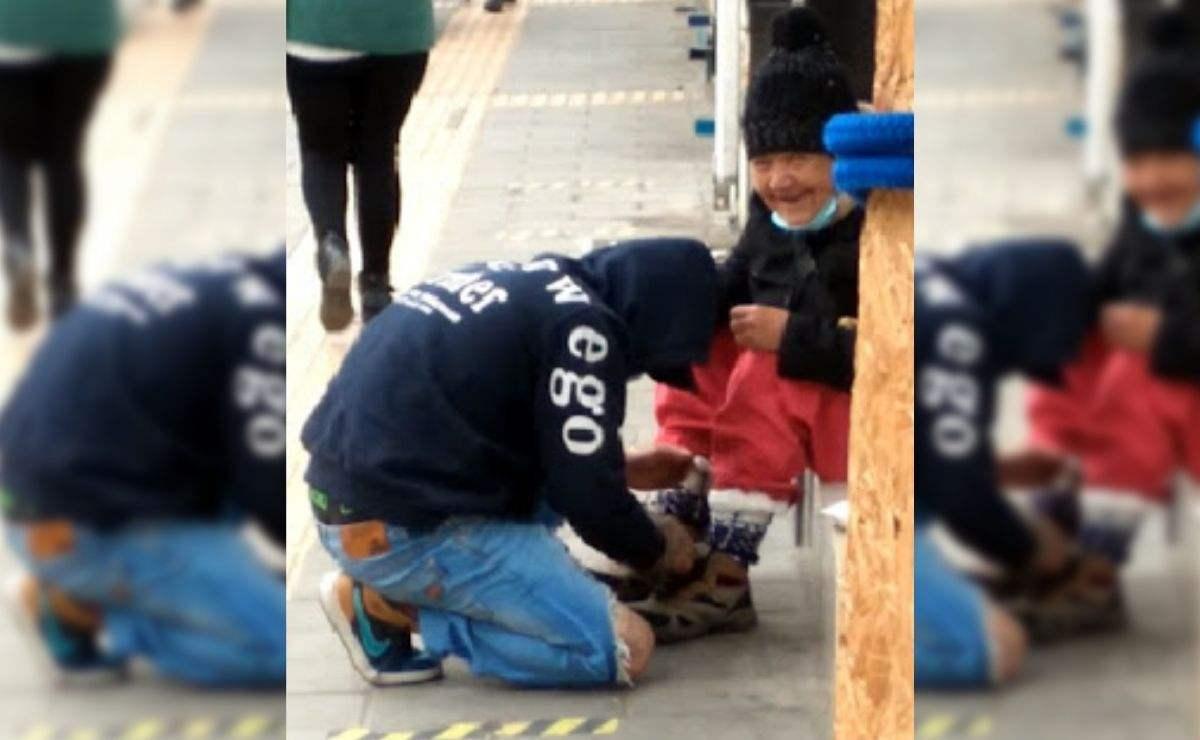 En las imágenes se observa como un joven se acerca con la mujer en situación de calle y le regala unos calcetines para el frío