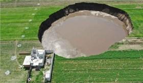 socavón de puebla con gran cantidad de agua ocasiona derrumbe de casa contigua