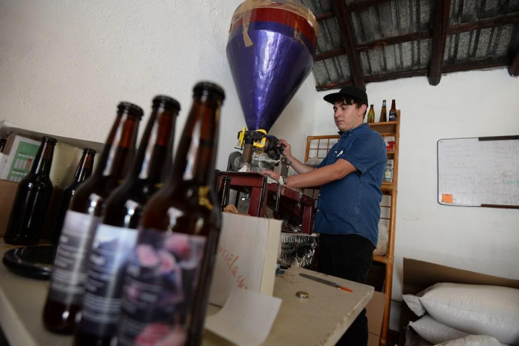 creadores de la cerveza Murciélago, forman parte de los 8 o 9 talleres que hacen cerveza artesanal en Toluca, buscan elaborando 2 mil botellas al mes.
