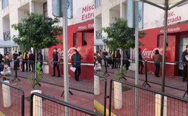 Chavo rucos se ponen a bailar payaso de rodeo en fila de vacunación en Toluca