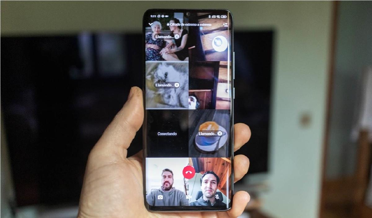 mano sosteniendo teléfono móvil para hacer videollamada de WhatsApp