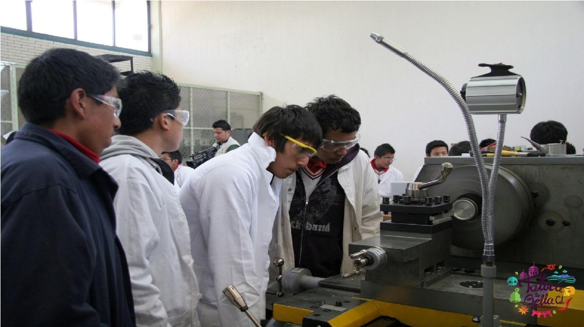 alumnos de prepa en practicas de laboratorio