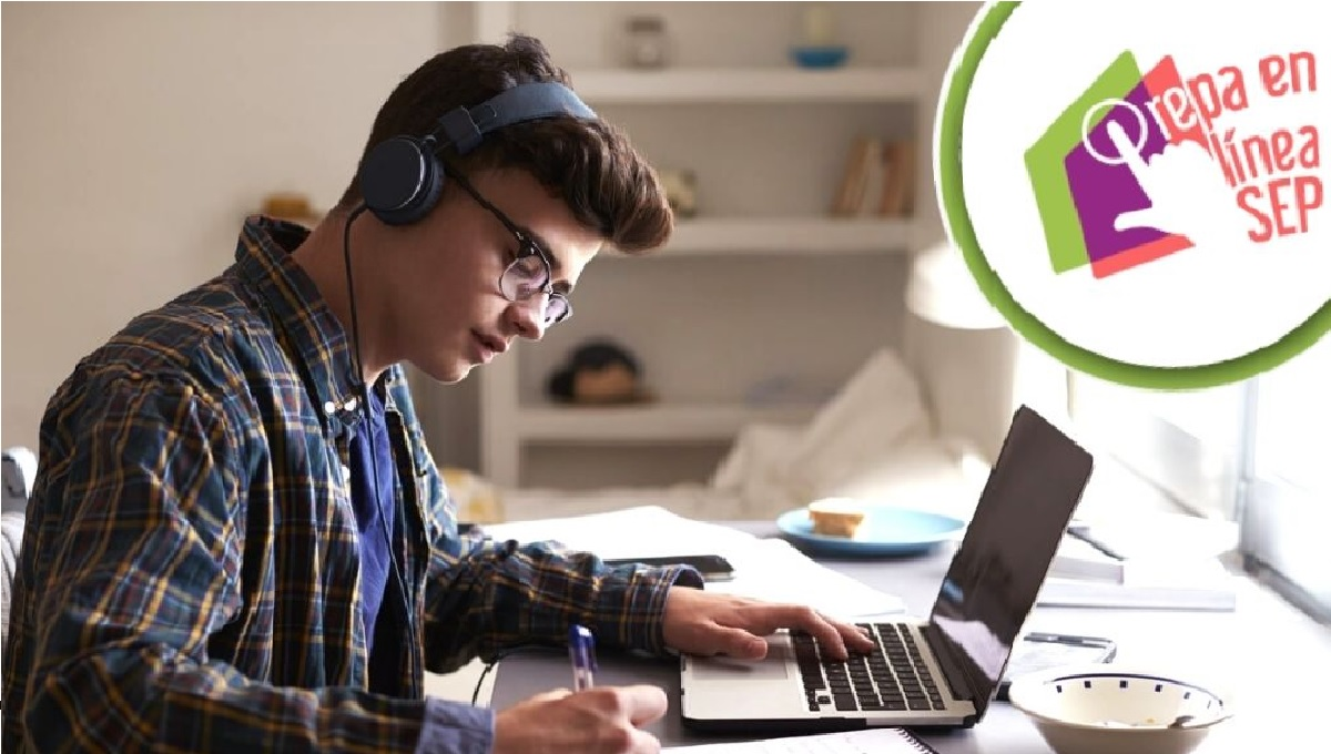 chavo de prepa usando laptop para registrarse a la prepa en línea