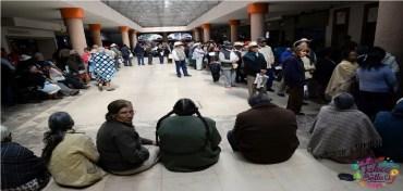 adultos mayores formados en los portales de Toluca para recibir apoyo social