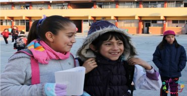 niñas en el patio de su escuela primaria