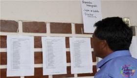 papa revisando lista de aceptados y resultados SAID afuera de la escuela