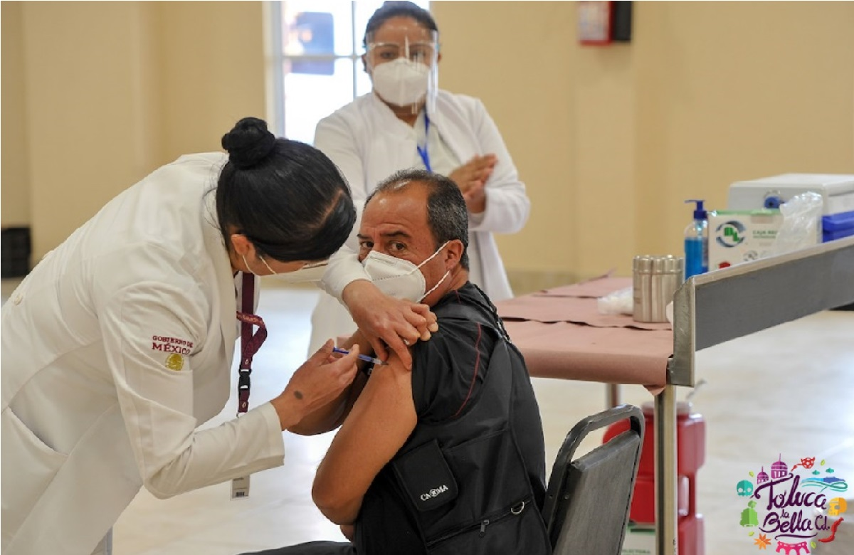 hombre de 40 a 49 se coloca la vacuna contra covid por una enfermera