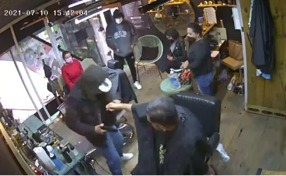 Delincuentes ingresan a una barbería de Toluca para asaltar a sus cientes