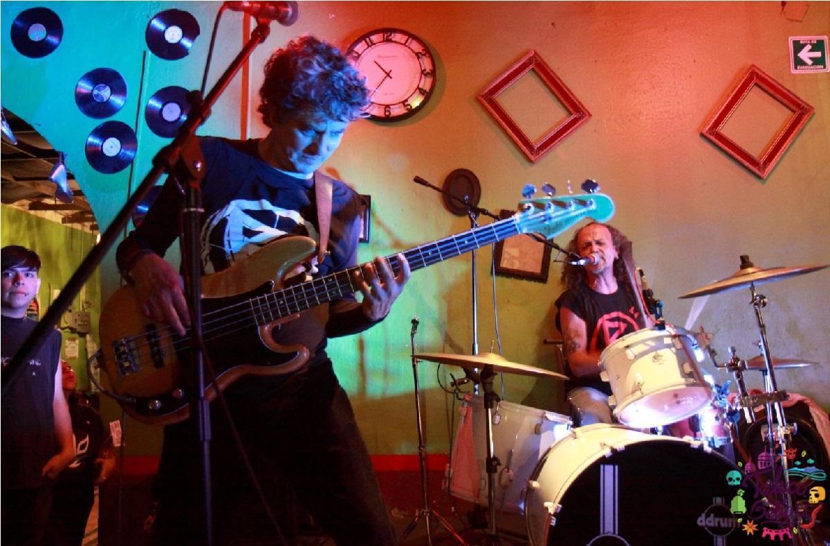 concierto de rock y joven tocando guitarra electrica