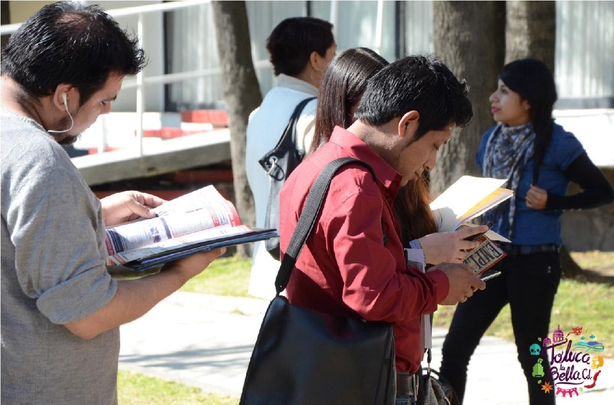 jóvenes entregando documentacion en instalaciones para obtener beca