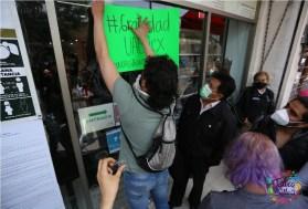 estudiantyes protestan afuera de libreria de la uaemex en toluca