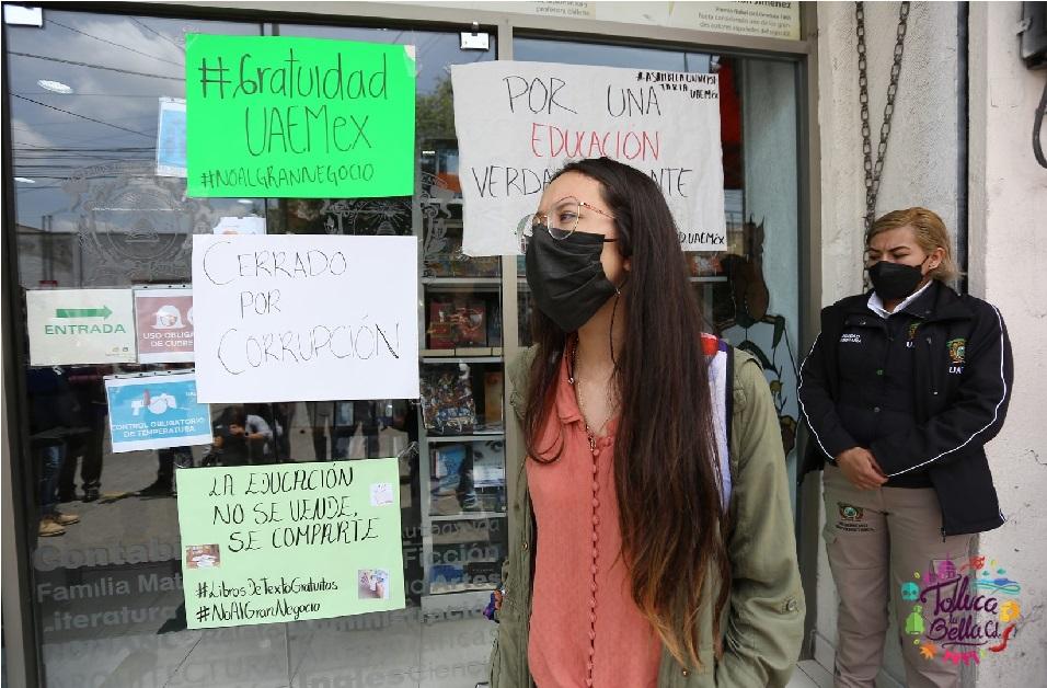 alumnos protestando afuera de la libreria de la uaemex en toluca edomex