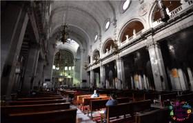 Interior de la Catedral de Toluca con feligreses