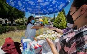Aspectos de la feria del Huarache que se lleva a cabo en el jardín Sor Juana de esta ciudad.