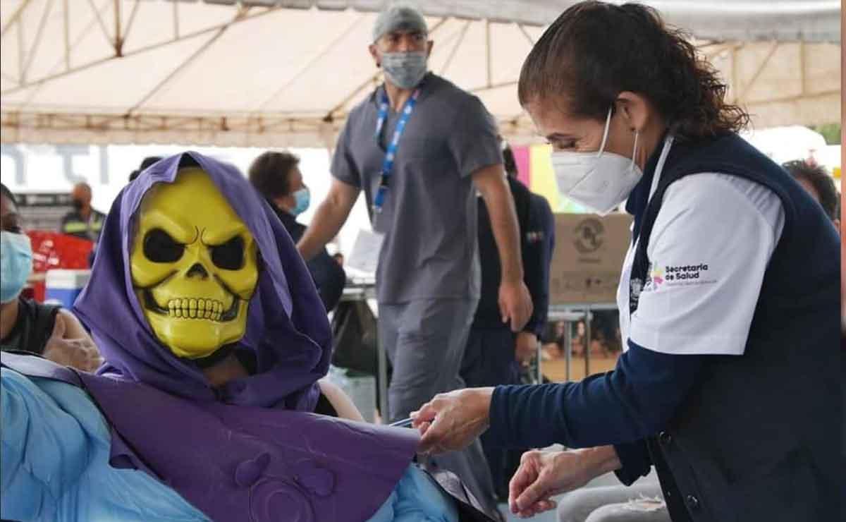 Fan de Masters of The Universe acude vestido Skeletor a recibir vacuna.