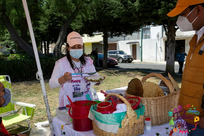 mujer preparando un huarache en Toluca