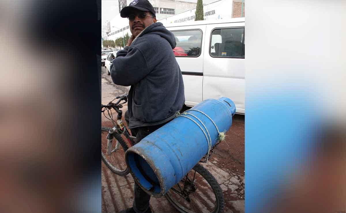 Gas Bienestar Edomex: Señor con un tanque de gas en su bicicleta.