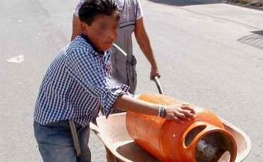 Gas Bienestar: Niño cargando un cilidro de gas en una carretilla.