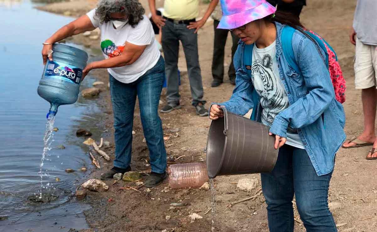 Habitantes echan agua para recuperar humedal casi seco en Sonora.