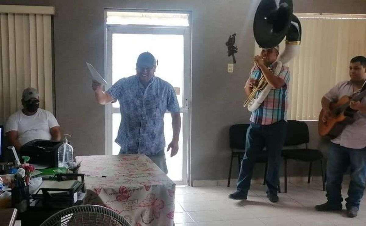 """El hombre aparece cantando el tema """"Cabrón y Vago"""", canción de la agrupación El Fantasma & los Dos Carnales."""