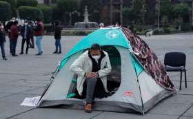 Juan Rodolfo amanece en la plaza de los mártires como protesta para exigir dinero y pagar a los trabajadores del Ayuntamiento de Toluca.