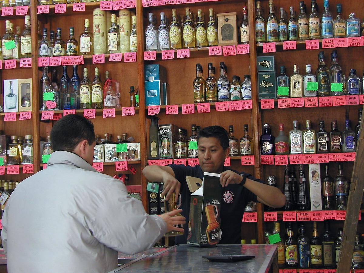 Vender alcohol a menores podría ser considerado de nuevo como delito