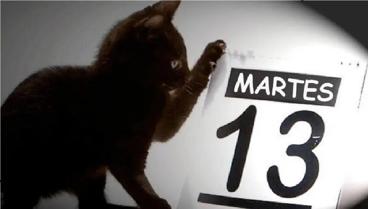 gato negro con calendario martes 13