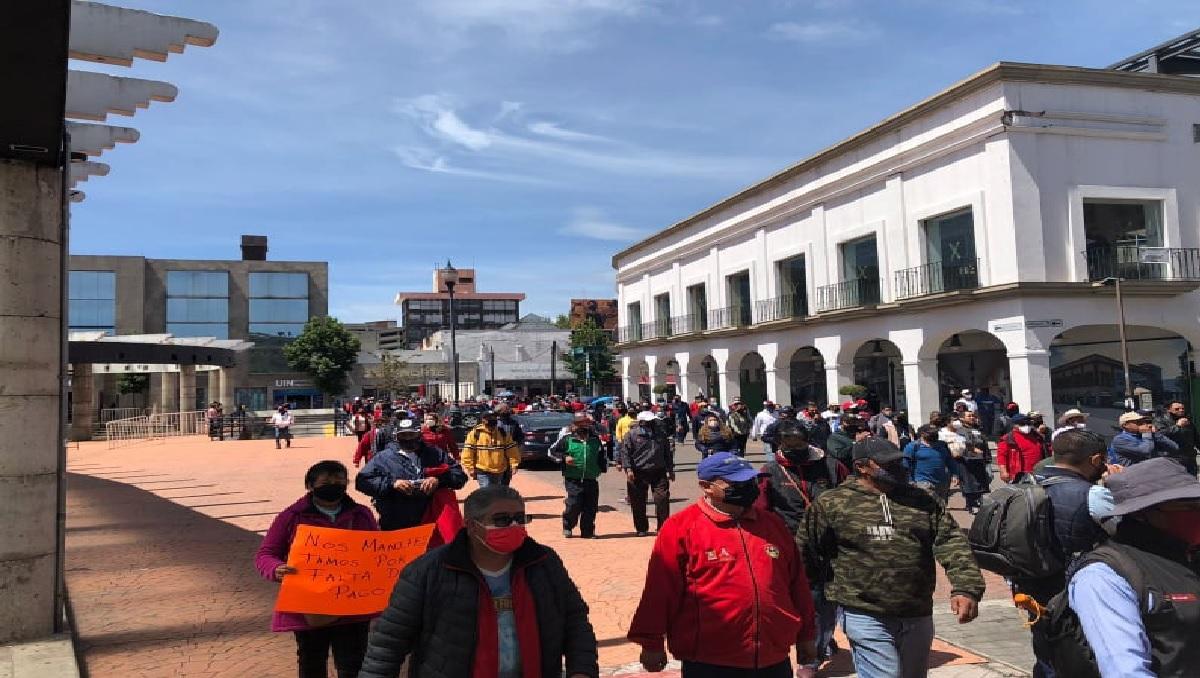 manifestantes del ayuntamiento de toluca en el centro de la capital mexiquense
