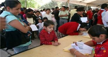 madre e hijo registrándose a programa de becas