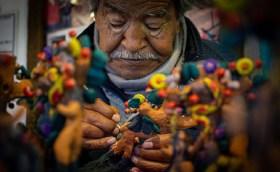 señor mayor intando artesanías de barro en el edomex