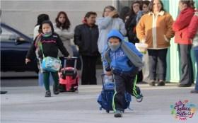Niño con mochila de camino a la escuela en Edomex