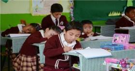 niños de primaria tomando clases en salón en el Edomex