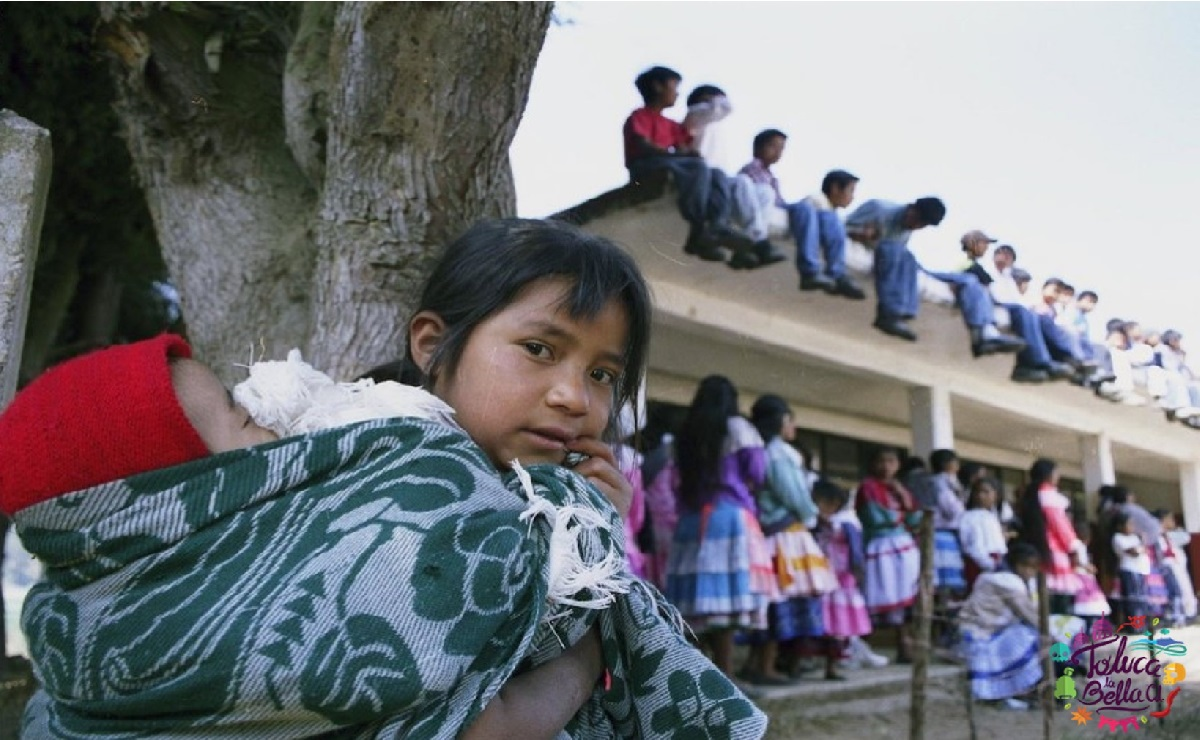 niños y niñas de comunidad indigena asistiendo a la escuela