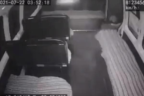 Edomex ladrones salen volando de una combi al intentar robarla