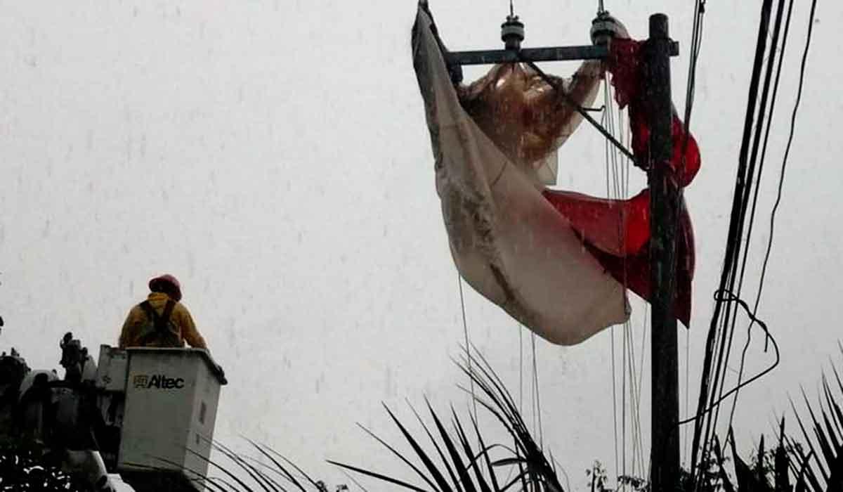 En Puerto Vallarta una chica paseaba en parachute hasta que las cuerdas se rompieron y termino en cables de alta tension