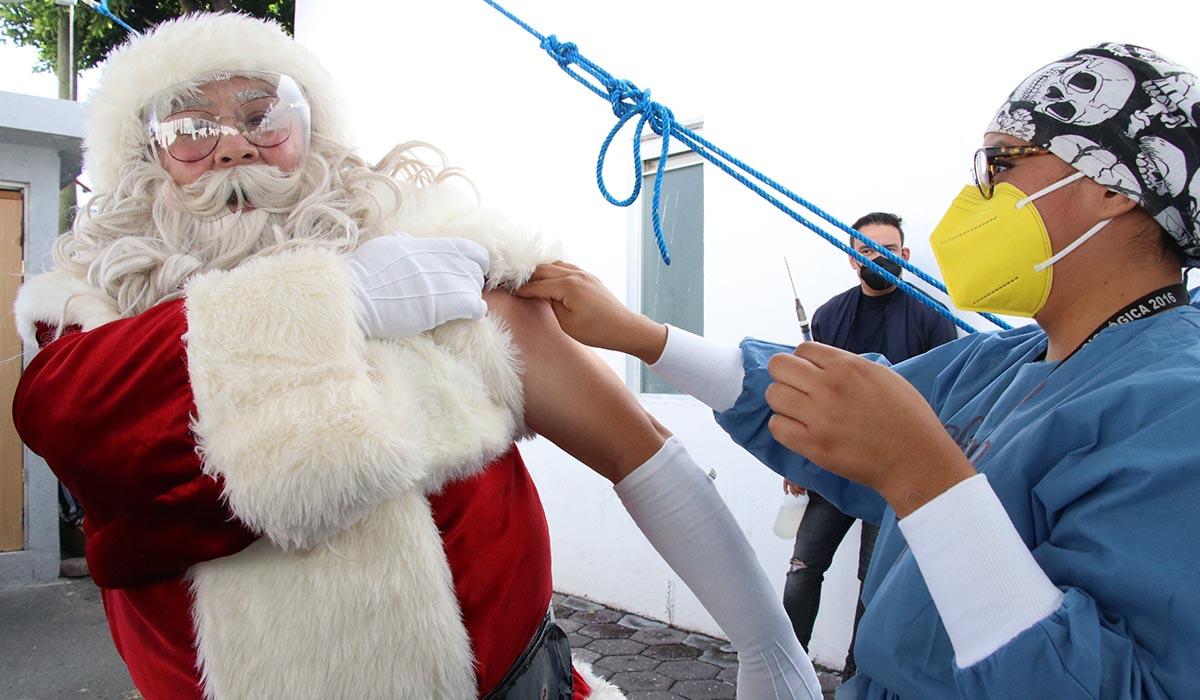 Vacuna covid-19: Santa Claus recibe la vacuna en Puebla