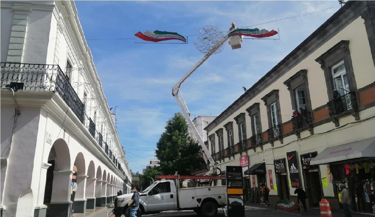 Toluca comienza a colocar adornos patrios en el Centro Histórico