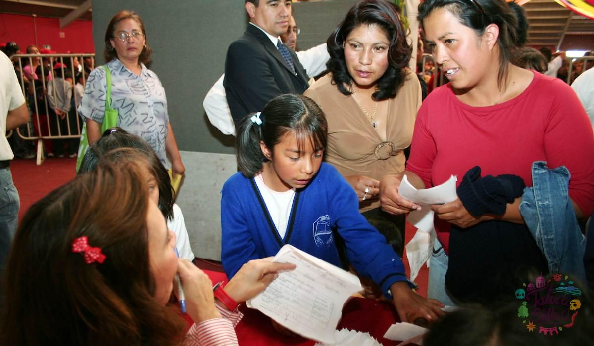 Alumnos de educación básica recibiendo apoyos economicos