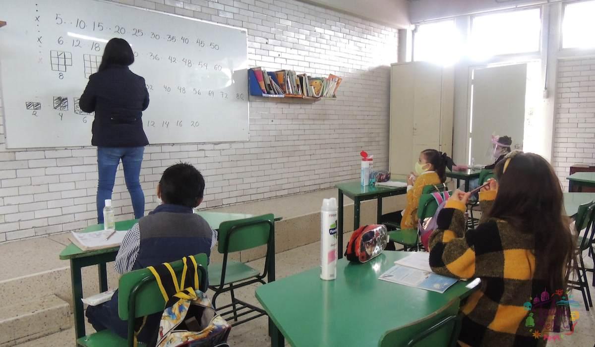 alumnos recibiendo clases en epoca de pandemia COVID-19
