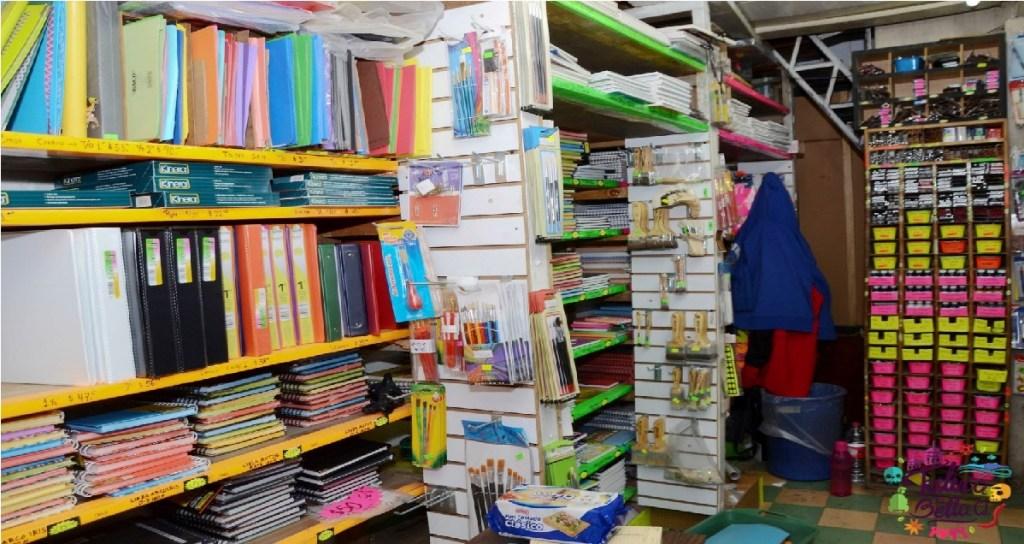 estantes con útiles escolares y libretas