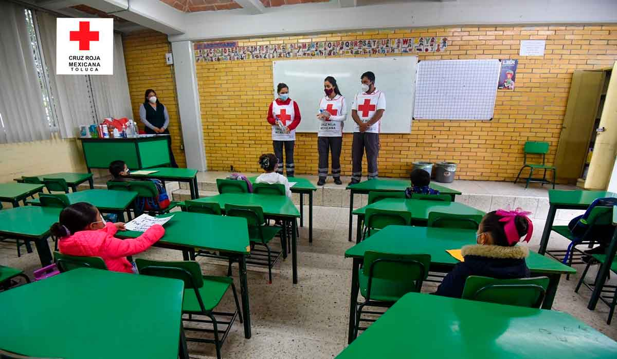 voluntarios de la cruz roja toluca muestran a alumnos de primaria como deben realizar el lavado de manos