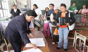 padres de familia realizando inscripción de alumnos SEP