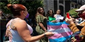 mujeres trans con bandera afuera del congreso en Toluca